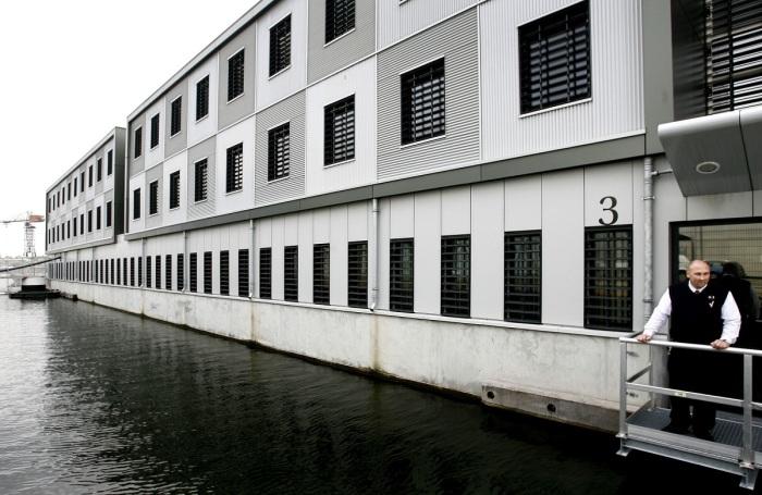 Под тюрьмы приспосабливали даже пассажирские судна / Фото: nrc.nl