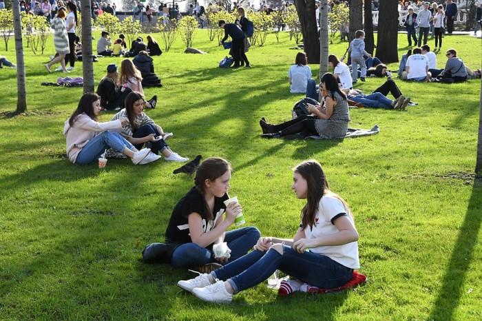 Многие жители мегаполисов любят отдохнуть на газонах / Фото: chelyabinsk.bezformata.com