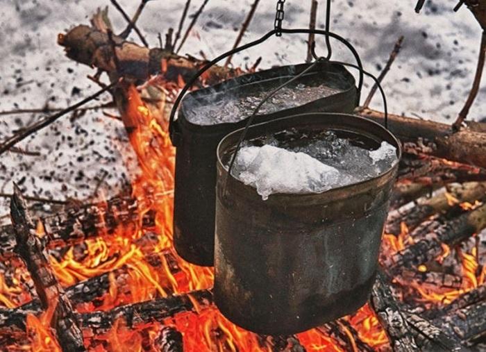 Растопить снег можно и с помощью костра, но полученная жидкость не утолит жажду / Фото: chita.bezformata.com