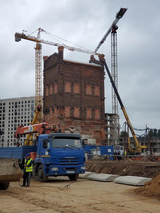 Старую водонапорную башню передвинули на 100 метров.