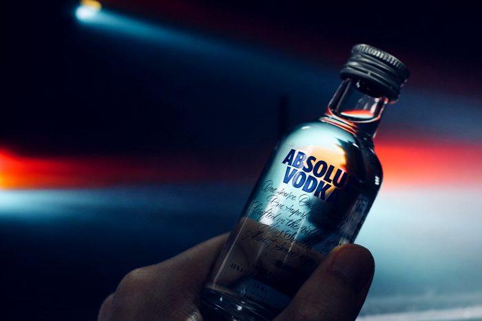 Потребитель платит даже за пиар водки, который её купил. /Фото: bilgibudur.com