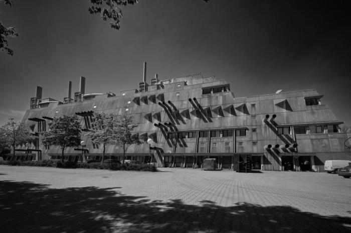 Свое народное название сооружение получило не из-за серого цвета. /Фото: otvet.mail.ru