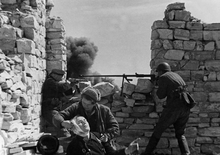 Первые трагические месяцы войны, как это не цинично стали частью плана будущей победы. |Фото: edusev.ru.
