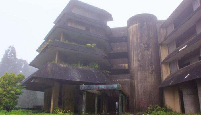 Непроглядные туманы погубили фешенебельный отель Monte Palace всего лишь за полтора года. | Фото: abandonedspaces.com.