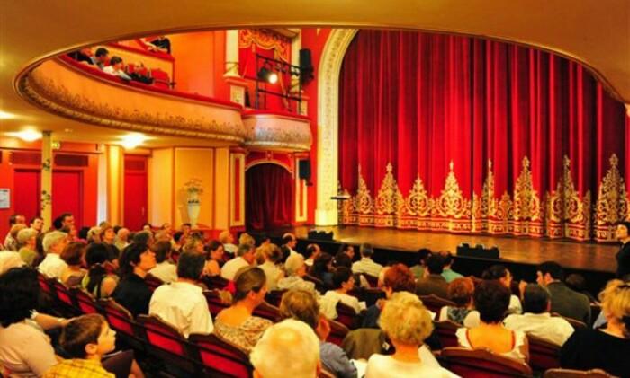 Зайцами называли и любителей театра, не желающих платить за билет / Фото: cocolodgemajunga-madagascar.com